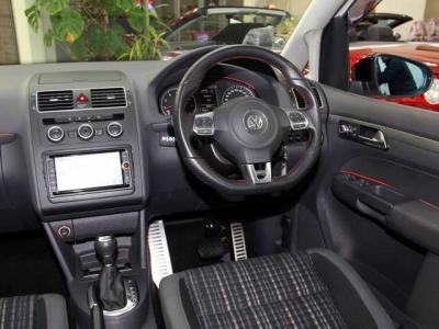 純正GTi ステアリング 純正のHDDナビにフルセグTV 後席モニタ- DVDビデオにミュ-ジックサ-バ- バックカメラにバックセンサ- ETC オ-トクル-ズコントロ-ル付きで高速での運転も快適です。 内装もこんなに切れですョ!!