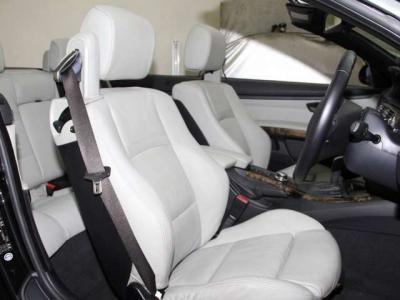 ホワイトベージュの本革シートは運転席、助手席もこんなに綺麗です!!