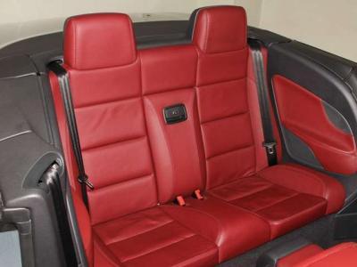 後部座席が大きなオープンカーです!! 使用感も少なく、リアシートもこのように綺麗ですョ!