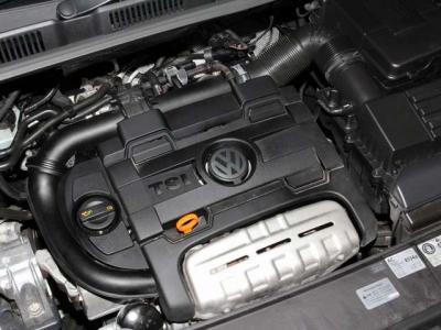 中古車で重要なエンジンルーム内はこんなに綺麗ですョ!! 当社では入庫時に全車テスターを使いコンピューター診断とロードテストを行っております。