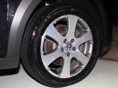 クロストゥーラン専用の純正17インチアルミホイールは ほぼ無傷でタイヤ溝は十分ございます!!  ※スタッドレスタイヤやアルミホイールもお安く沢山揃えております!!