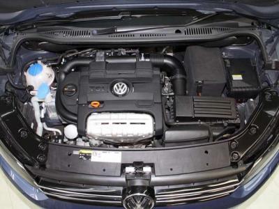 走行も少なく中古車で重要なエンジンはルーム内もこんなに綺麗ですョ! 機関も大変良好です! 当社では入庫時に全車テスターを使いコンピューター診断を行い、更に高速道路を使いロードテストも確りと行っております。