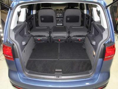 5名乗車時にはトランク容量もこんなに広くなります。3列目のシートもワンタッチでフラットになります!!