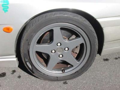 純正アルミホイールが装着されています。タイヤブランドは、ヨコハマです。タイヤサイズは、205/45R16です。残り溝はフロントが3mm、リアが6mmです。