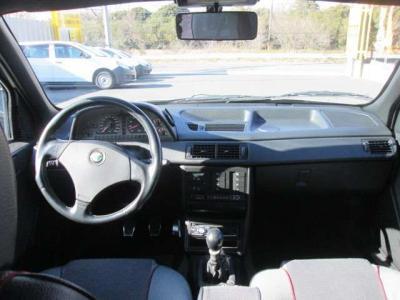ハンドル周り多少の汚れがあります。社外CDプレーヤーが装着されています。オートエアコンで効きも問題ありません。