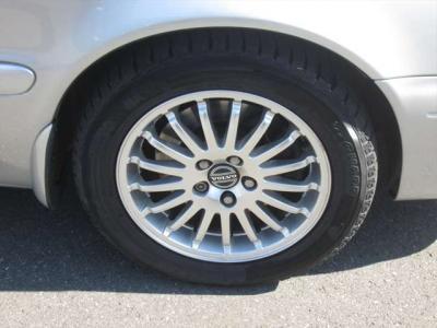 純正アルミホイールが装着されています。タイヤブランドは、ヨコハマです。タイヤサイズは、225/50R16です。スタッドレスタイヤです。