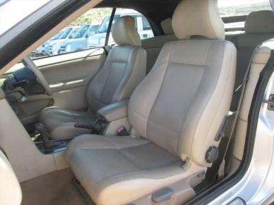 フロントシート、運転席側の革シートに破れがあります。18枚目の写真をご覧ください。助手席側はシワとヒビはありますが、破れはありません。