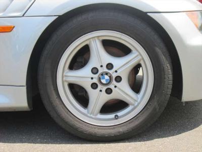 純正アルミホイールが装着されています。タイヤブランドは、ブリヂストンです。タイヤサイズは、225/50R16です。残り溝はフロントが6mm、リアが4mmです。