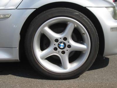 純正アルミホイールが装着されています。タイヤブランドは、ダンロップです。フロントはサイズが225/45R17で、残り溝が5mm、リアはサイズが245/40R17で、残り溝が4mmです。