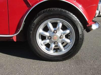 純正アルミホイールが装着されています。タイヤブランドは、ダンロップです。タイヤサイズは、145/70R12です。残り溝はフロントが4mm、リアが4mmです。
