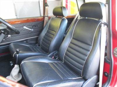フロントシート、本革シートで綺麗な状態です。目立つようなシミや気になるような匂いはありません。