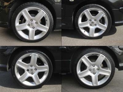 純正アルミホイールが装着されています。タイヤサイズは、205/40R17です。輸入タイヤですが、4本とも新品交換済です。