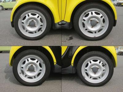 純正鉄ホイールが装着されています。タイヤブランドは、コンチネンタルです。フロントは135/70R15で、残り溝は7mm、リアは145/65R15で、残り溝は6mmです。