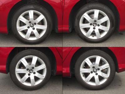 純正アルミホイールが装着されています。タイヤブランドは、ピレリです。タイヤサイズは、205/55R16です。残り溝はフロントが5mm、リアが5mmです。