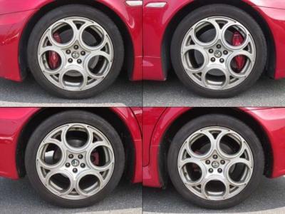 純正アルミホイールが装着されています。タイヤブランドは、ピレリです。タイヤサイズは、225/45R17です。残り溝はフロントが4mm、リアが3mmです。