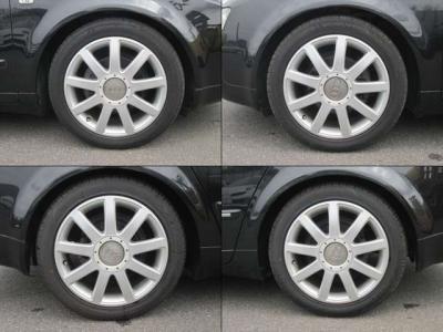 純正アルミホイールが装着されています。タイヤサイズは、235/45R17です。フロントはミシュランで残り溝は5mm、リアはグッドイヤーで残り溝は8mmです。