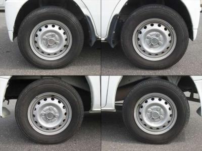純正鉄ホイールが装着されています。タイヤブランドは、ヨコハマです。タイヤサイズは、145R12 6PRです。残り溝はフロントが5mm、リアが4mmです。