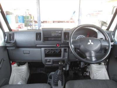 ハンドル周り綺麗です。純正ラジオプレーヤーが装着されています。エアコンの効きも問題ありません。
