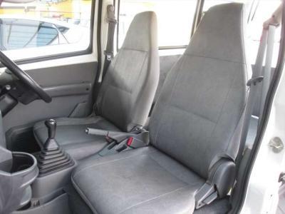 フロントシート、多少汚れがあります。運転席シート外側に破れがあります。