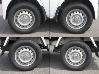 純正鉄ホイールが装着されています。タイヤブランドは、ダンロップです。タイヤサイズは、145R12 6PRです。り溝はフロントが7mm、リアが6mmです。