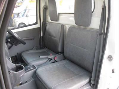 シートです。目立つようなシミや気になるような匂いはありませんが、運転席外側に破れがあります。
