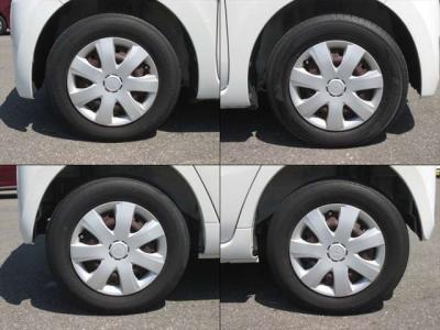 純正鉄ホイールが装着されています。タイヤブランドは、ブリヂストン(1本だけヨコハマ)です。タイヤサイズは、145/80R13です。残り溝はフロントが6mm、リアが4mmです。