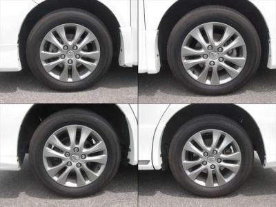 純正アルミホイールが装着されています。タイヤブランドは、ヨコハマです。タイヤサイズは、205/60R16です。残り溝はフロントが7mm、リアが7mmです。