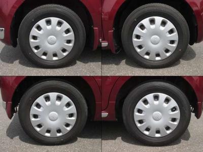 純正鉄ホイールが装着されています。タイヤブランドは、ダンロップです。タイヤサイズは、145/80R13です。残り溝はフロントが5mm、リアが3mmです。