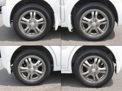 社外アルミホイールが装着されています。タイヤブランドは、プラクティバです。タイヤサイズは、155/65R14です。残り溝はフロントが7mm、リアが6mmです。