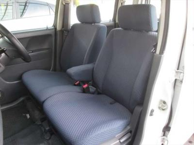 フロントシート、綺麗な状態です。目立つようなシミや気になるような匂いはありません。