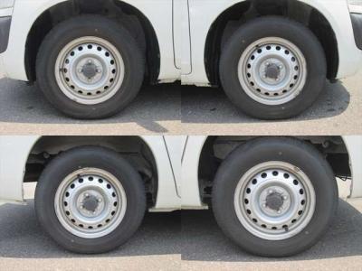 純正鉄ホイールが装着されています。タイヤブランドは、ダンロップです。タイヤサイズは、165R13 6PRです。残り溝はフロントが7mm、リアが7mmです。