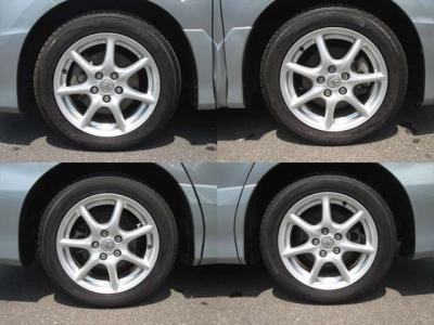 純正アルミホイールが装着されています。タイヤブランドは、トーヨーです。タイヤサイズは、215/55R17です。残り溝はフロントが7mm、リアが7mmです。