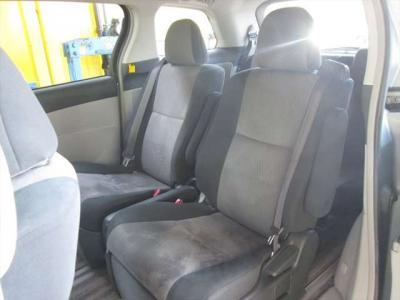 2列目シート、綺麗な状態です。目立つようなシミや気になるような匂いはありません。リアクーラーがありますので、後部座席も快適ですよ!