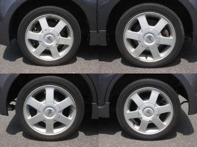 純正アルミホイールが装着されています。タイヤブランドは、ファルケンです。タイヤサイズは、155/55R14です。残り溝はフロントが4mm、リアが4mmです。