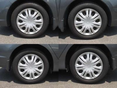 純正鉄ホイールが装着されています。タイヤブランドは、ブリヂストンです。タイヤサイズは、175/65R15です。残り溝はフロントが7mm、リアが7mmです。