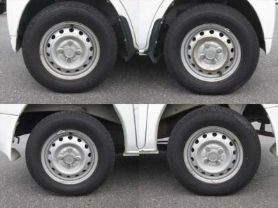 純正鉄ホイールが装着されています。タイヤブランドは、ダンロップです。タイヤサイズは、145R12 6PRです。残り溝はフロントが6mm、リアが6mmです。