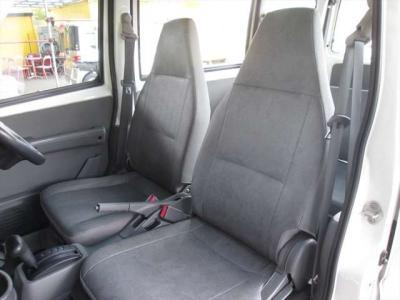 フロントシート、比較的綺麗な状態です。目立つようなシミや気になるような匂いはありません。