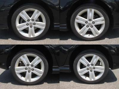 純正アルミホイールが装着されています。タイヤブランドは、ファイアストンです。タイヤサイズは、225/45R17です。残り溝はフロントが6mm、リアが6mmです。