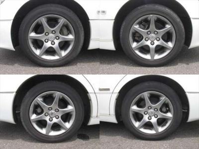 純正アルミホイールが装着されています。タイヤブランドは、グッドイヤーです。タイヤサイズは、225/55R16です。残り溝はフロントが3mm、リアが3mmです。タイヤにヒビがあります。