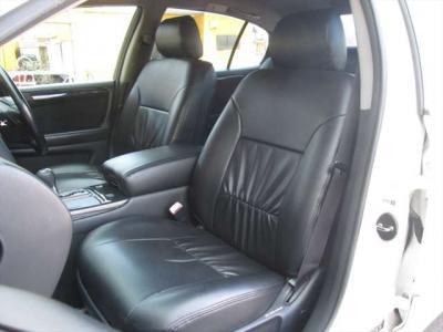 フロントシート、シートカバーが掛けられていて綺麗な状態です。目立つようなシミや気になるような匂いはありません。