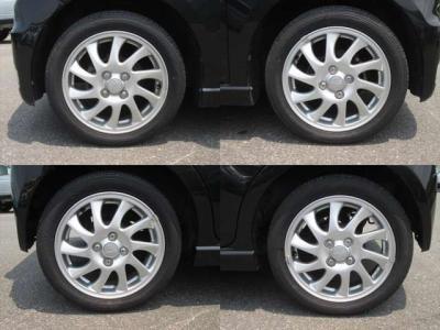純正アルミホイールが装着されています。タイヤブランドは、ダンロップです。タイヤサイズは、165/55R15です。残り溝はフロントが7mm、リアが7mmです。