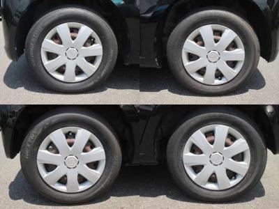 純正鉄ホイールが装着されています。タイヤブランドは、ブリヂストンです。タイヤサイズは、145/80R13です。残り溝はフロントが7mm、リアが7mmです。