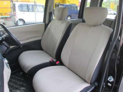 フロントシート、多少汚れがありますが、比較的綺麗な状態です。目立つようなシミや気になるような匂いはありません。