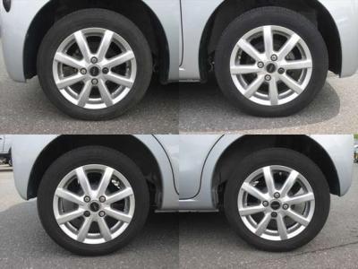 社外アルミホイールが装着されています。タイヤブランドは、ダンロップです。タイヤサイズは、155/65R14です。残り溝はフロントが6mm、リアが5mmです。