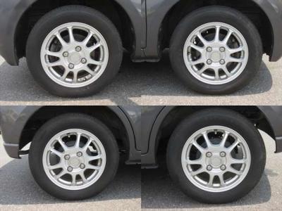 純正アルミホイールが装着されています。タイヤブランドは、ファイアストンです。タイヤサイズは、155/65R13です。残り溝はフロントが6mm、リアが6mmです。