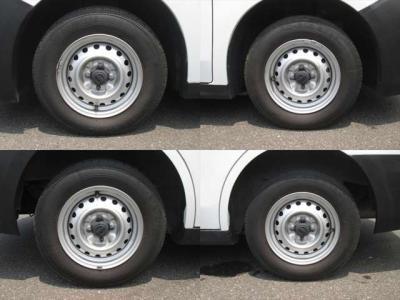 純正鉄ホイールが装着されています。タイヤブランドは、ブリヂストンです。タイヤサイズは、165R13 6PRです。残り溝はフロントが4mm、リアが3mmです。