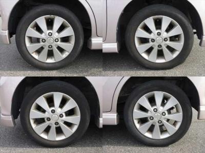 純正アルミホイールが装着されています。タイヤブランドは、ブリヂストンです。タイヤサイズは、155/65R14です。残り溝はフロントが4mm、リアが3mmです。
