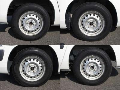 純正鉄ホイールが装着されています。タイヤブランドは、ブリヂストンです。タイヤサイズは、165R13 6PRです。残り溝はフロントが7mm、リアが7mmです。