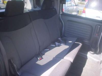 ■後席もベンチタイプセパレート。床に折り畳み収納式!