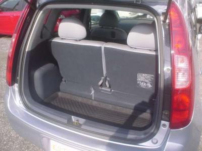 ■リアシートは折り畳んで前方に倒せますので、荷室も広く使えます。